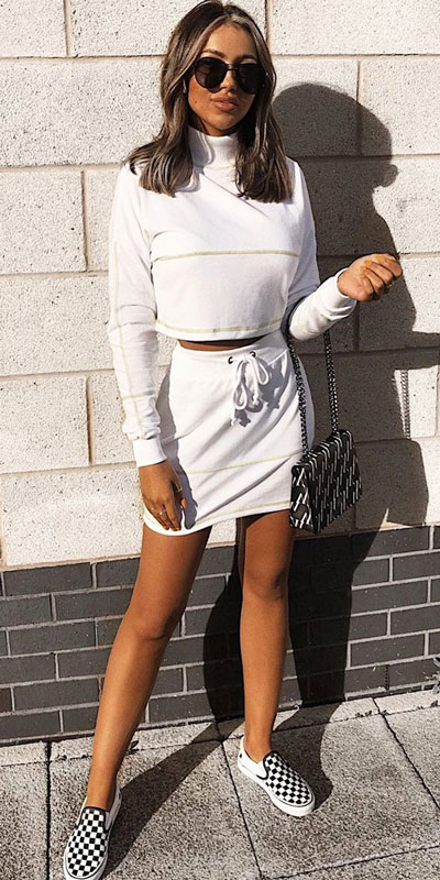 26 Charming Fall Outfits for College Girls. All Casual Fall Wear Every Girl Who Goes to College Will Love. High School Fashion +Teen Outfits via higiggle.com | white jumper +skirt set | #falloutfits #college #teenoutfits #skirt