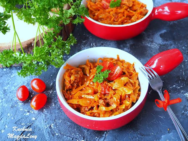 Biała kapusta w pomidorach i wołowiną