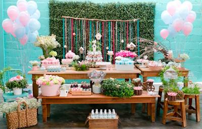 Festa infantil com decoração com móveis rústicos