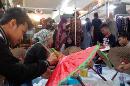 25 siswa SMP adu kreatif lukis payung kertas di Java Mall