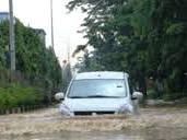 5 Tips Menerobos Genangan Air Bagi Pengendara Mobil
