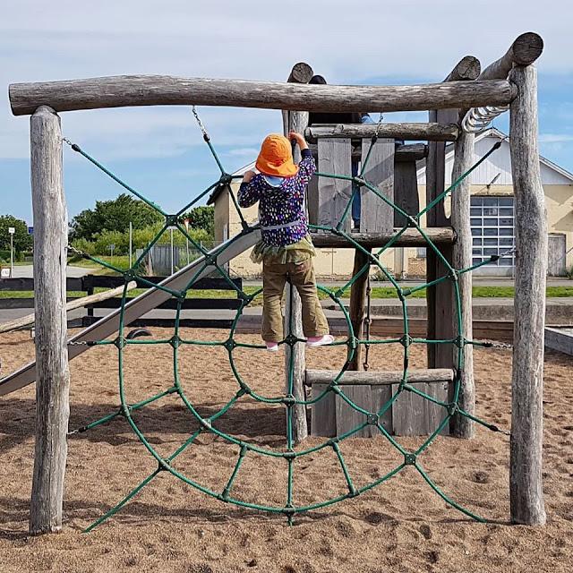 Unsere 11 besten Ausflugstipps für die Ostseeküste Nordjütlands. Spielen erwünscht: Ein Ausflug zum Spielplatz im Ostsee-Hafen von Hou in Nordjütland.