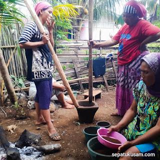 warga desa yang sedang menumbuk kopi