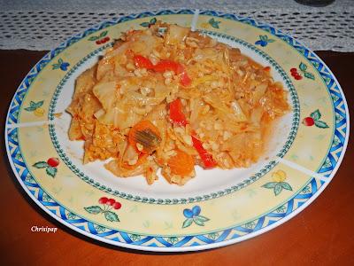 πιάτο με ωραίο λάχανο και καρότο πιπεριά και πληγουρι φαγητό Χειμωνιάτικο και υγιεινό