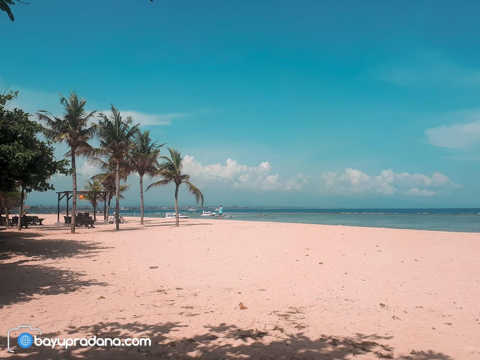 Foto Pantai Sanur Bali, Pasir Putih dan Birunya Langit Siang Hari