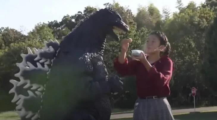 Adolescente japonesa cumple su sueño y tiene una cita romántica con Godzilla