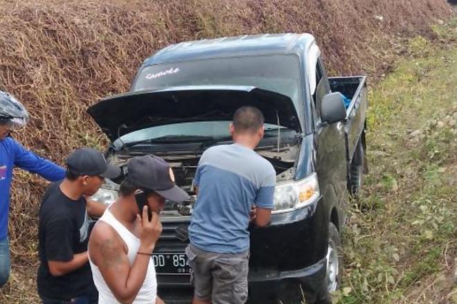 Lakalantas di Ponre, Mobil Terjun ke Selokan - Bone Terkini