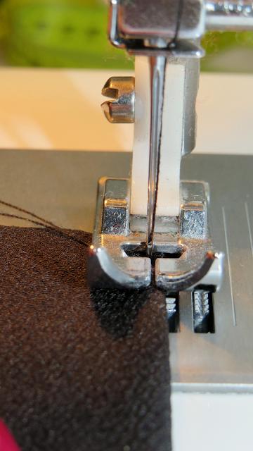 Aguja de máquina de coser posicionada apenas unos 0,3 mm del borde de la costura
