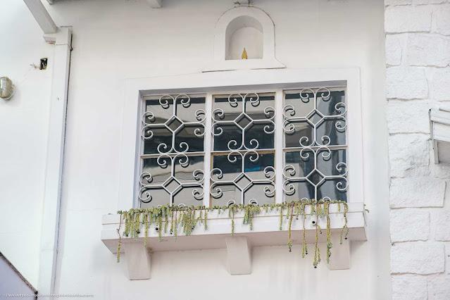 Uma casa na Rua da Glória - detalhes capelinha e grade na janela