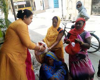 जौनपुर : विहिप, सुनील सेठ व संगीता जायसवाल ने गरीबों को दिया खाद्य सामग्री | #NayaSabera