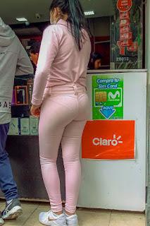 Chava pantalon pegado marcando calzon