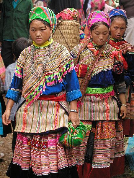 Wanita Hmong dengan baju tradisional di Sa Pa, Vietnam utara.