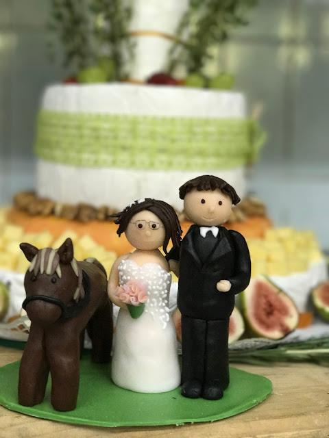 individueller Cake-Topper, Maigrün, Pink, Frühlingshochzeit in den Bergen am See, Hochzeitshotel Riessersee Hotel Garmisch-Partenkirchen, heiraten in Bayern, Hochzeitsplanerin Uschi Glas