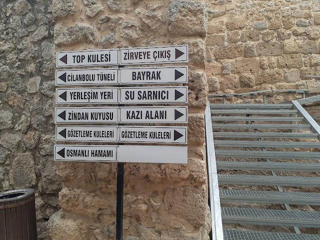 Amasya Harşena Kalesi girişi ve yön tabelaları...