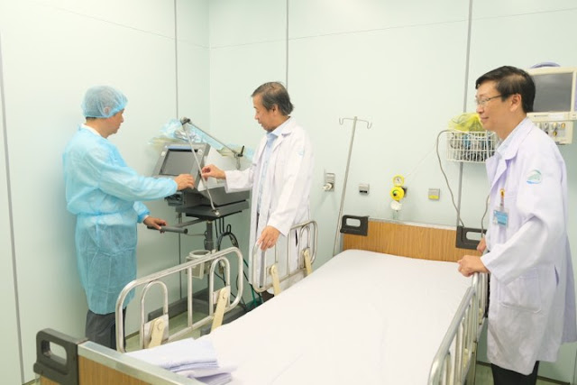 Thứ trưởng Bộ Y tế Nguyễn Trường Sơn kiểm tra khu cách ly BV Bệnh Nhiệt Đới TP.HCM