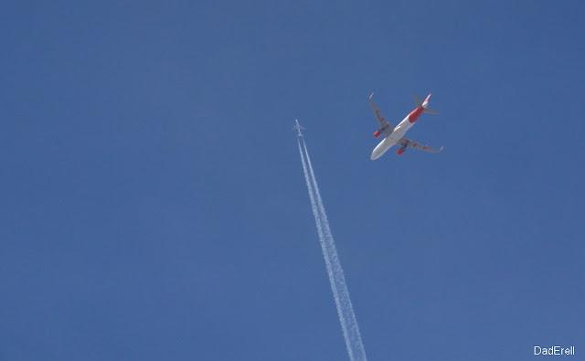 Avions se croisant dans le ciel