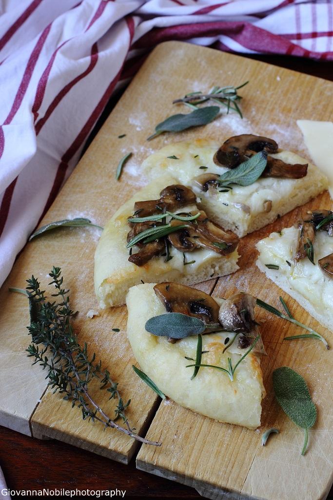 Pizza con funghi champignon trifolati e provola