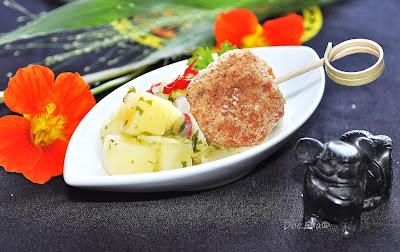 Lachsbuletten, asiatischer Kartoffelsalat