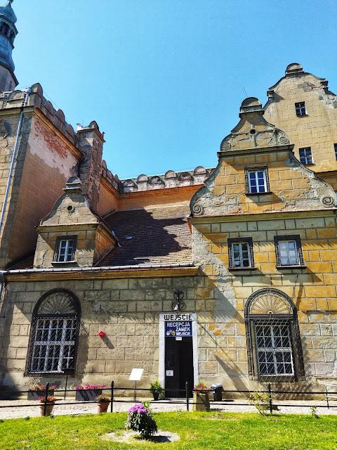 wejście do zamku w Oleśnicy, co na weekend, co zwiedzić, relaks
