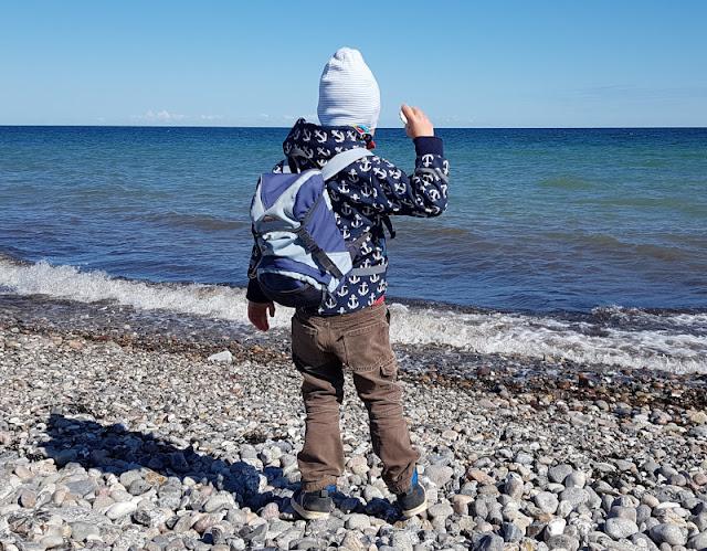 Küsten-Spaziergänge rund um Kiel, Teil 3: Raps, Steine und Meer bei Hohenfelde. Steine sammeln und ins Wasser werfen finden unsere Kinder großartig.