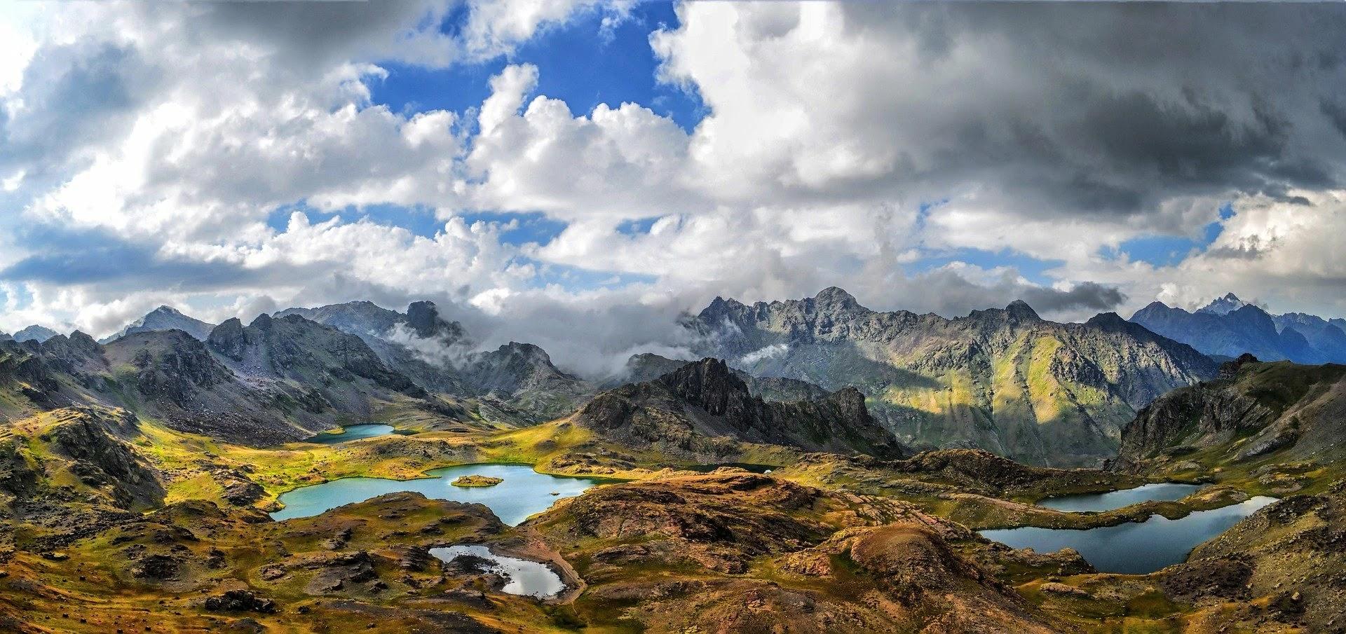 صورة طبيعية ومنظر خلاب يشمل بحيرة صغيرة وجبل