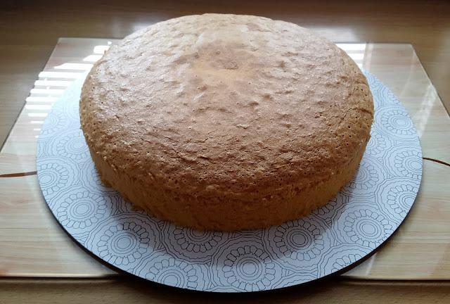 Wysoki biszkopt idealny na tort.