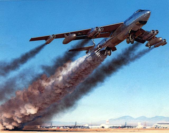 B-47B kalkış mesafesini azaltmak için roket desteği kullanıyor. - 15 Nisan 1954