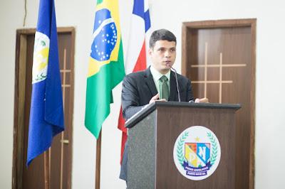 Fotografia do prefeito de Ponto Novo, Thiago Gilleno, do partido PSD, produzida pelo fotógrafo Romilson Almeida