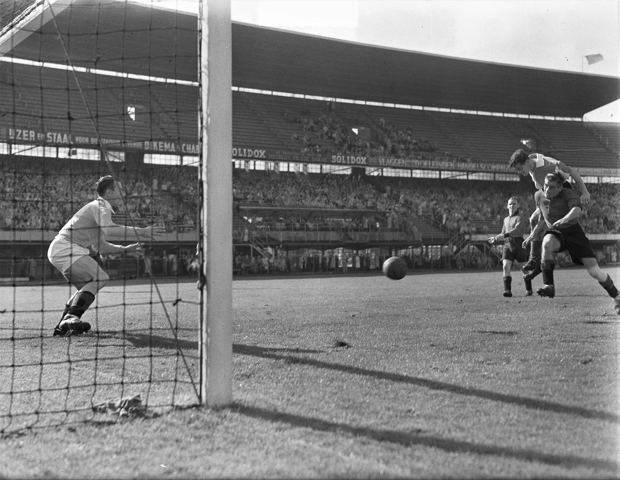 Kopbal Gerard van de Korput (Feyenoord) tegen BVV