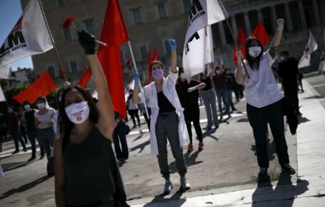 I lavoratori greci protestano il 1 ° maggio in maschera e rispettando la distanza