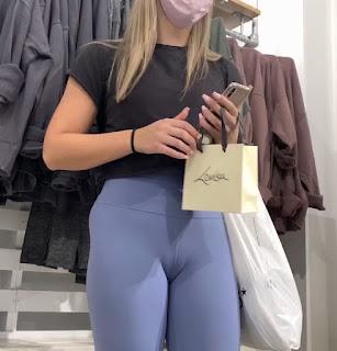 Rubia bonita y sexi en calzas ajustadas