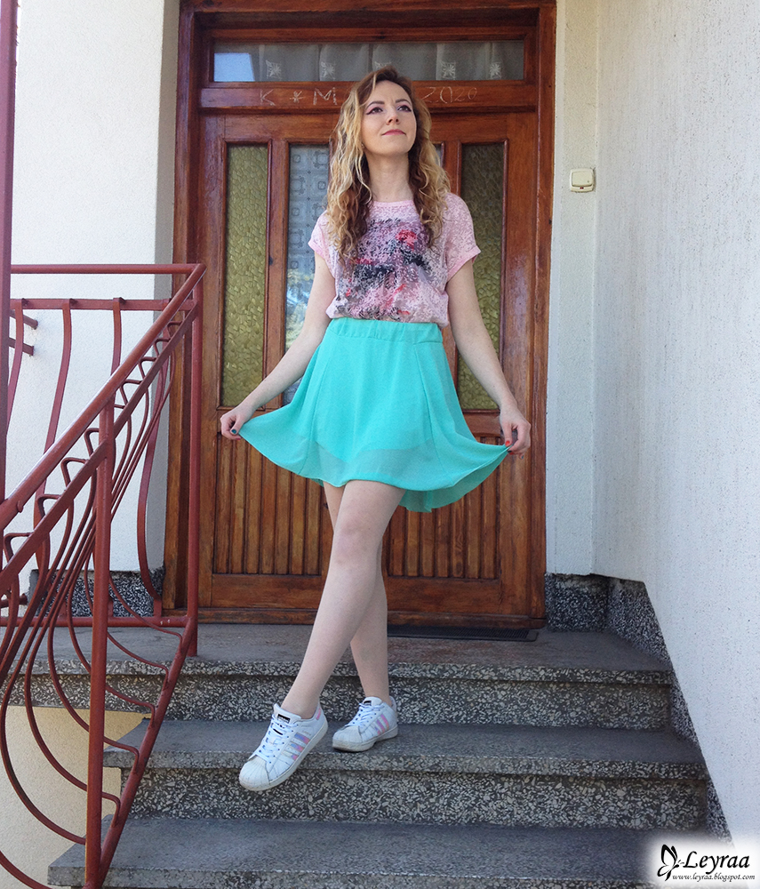 koszulka pudrowy róż, miętowa rozkloszowana spódnica, adidas superstar hologram