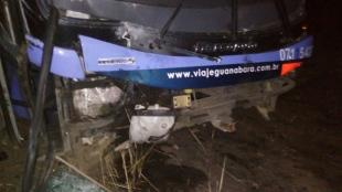 Ônibus que seguia de São Benedito para Fortaleza sai da pista na BR-222 e idosa tem lesões leves, no Ceará