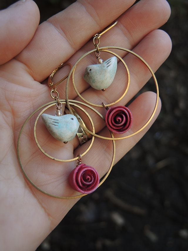 free tutorial for the sweetest earrings with a bird and rose bud