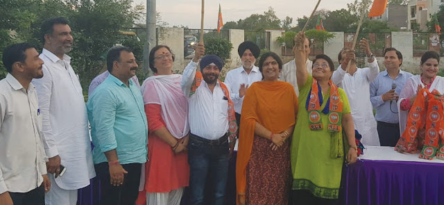 Gurucharan Bhatia, Ashok Kathuria and other hundreds of people, included in the BJP under the guidance of MLA