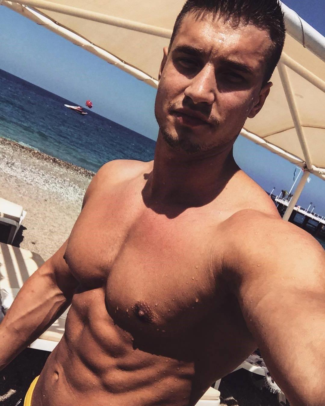 hot-russian-guys-aleks-kalmykov-shirtless-selfie-fit-beach-body