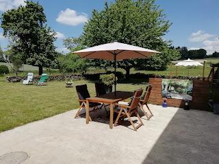 het terras met parasol