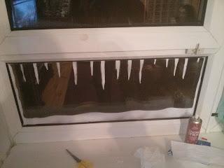 Jégcsapok az ablakon műhó spray-vel