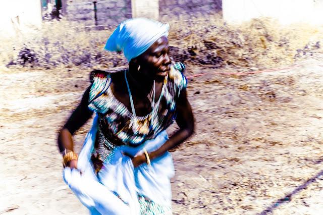 ガーナ 女性 踊り ダンス Ghana lady dance