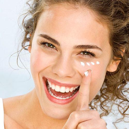 Como aplicar crema para el contorno de ojos