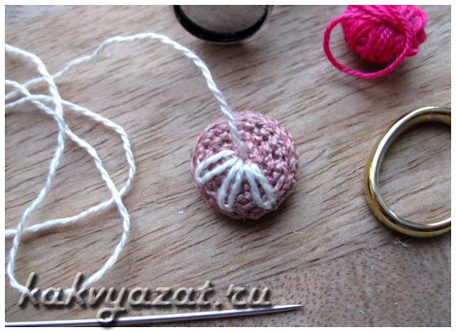 Вышивка на вязаной детали кольца.