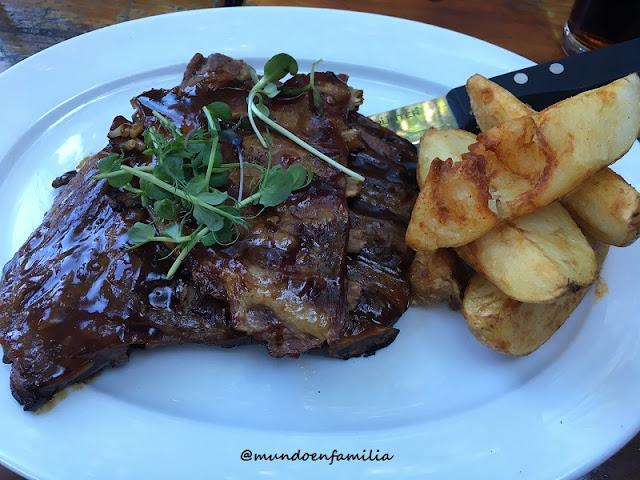 Warthog Ribs de Arnolds Restaurant