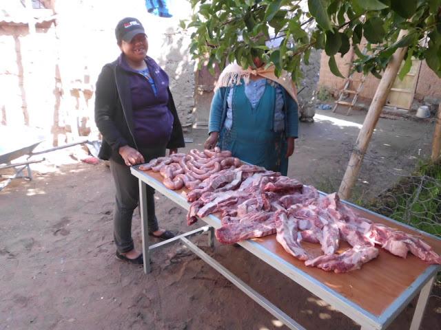 Für die Gemeinde gabs zum Mittagessen argentinisches Rindfleisch und Bratwürste. Hmmmm, wie das schmeckt!