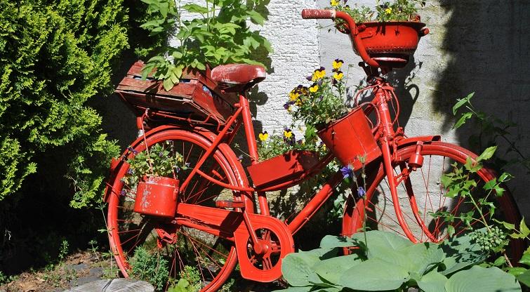 Bepflanztes Rad Deko im Garten