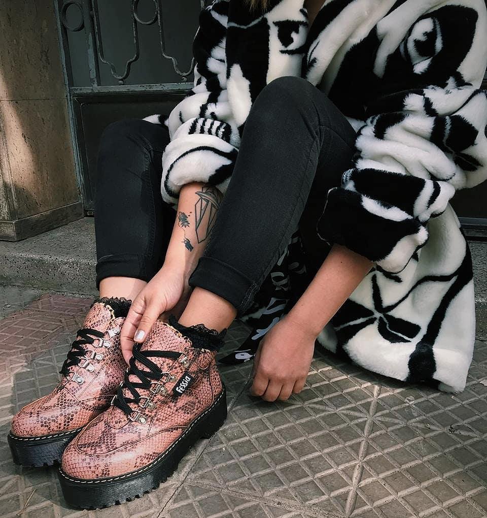 zapatos botín modelo Rocker snake estampado serpiente rosado