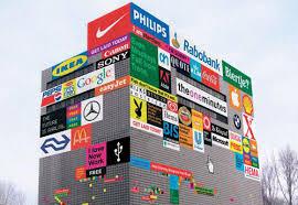 edificio rectangular con las marcas de productos más conocidas