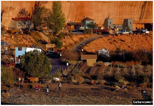 Gambar Masyarakat Mormon Yang Tinggal Dalam Bukit Batu