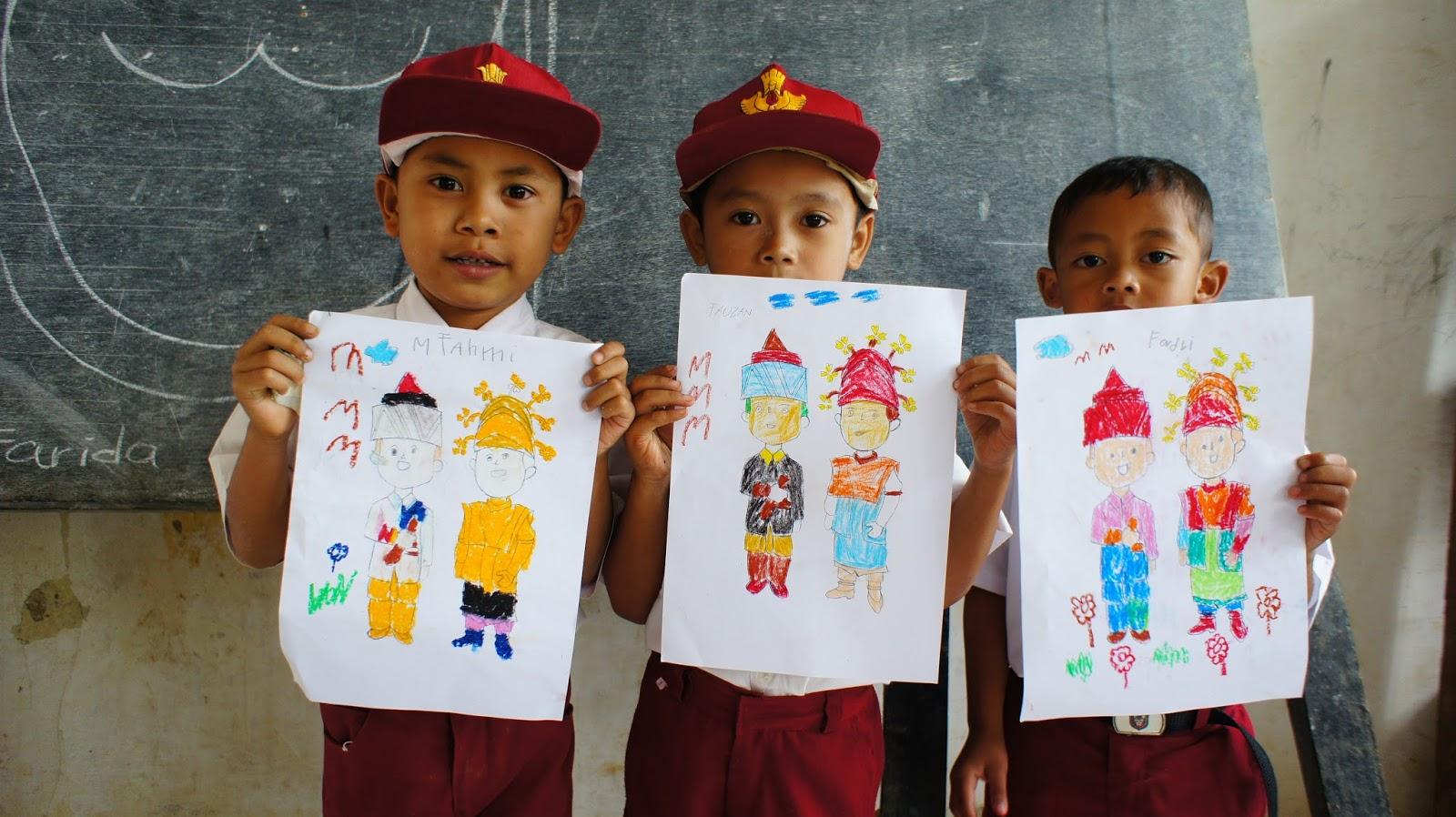 anak-anak Lebak mewarnai dambar pakaian adat nusantara