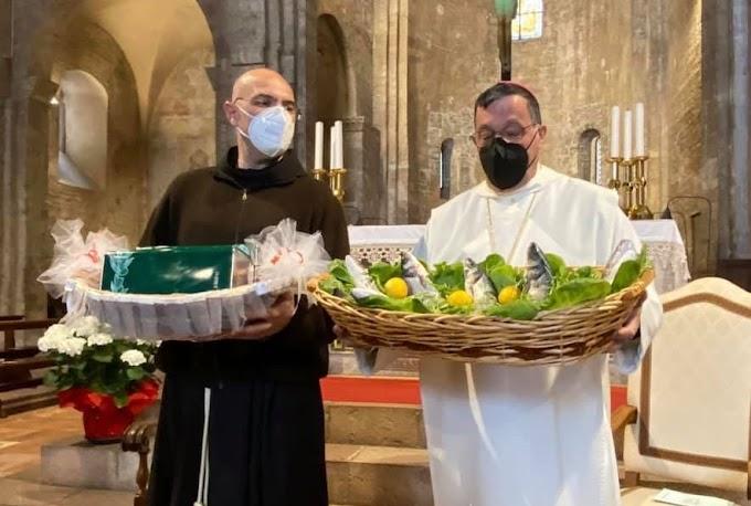 """Em Assis, frades franciscanos e monges beneditinos celebram o """"Rito da Irmandade"""""""