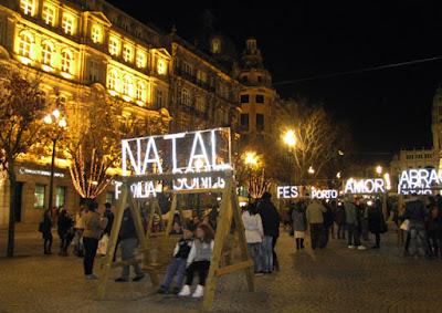 bancos de baloiços com palavras de natal no Porto